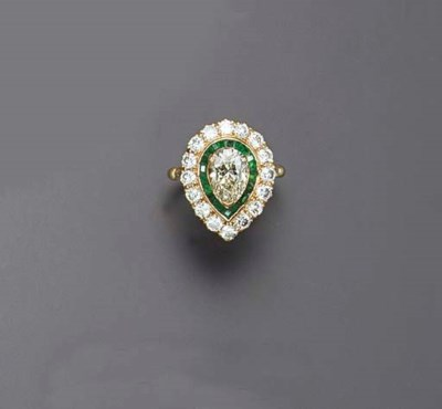 A DIAMOND AND EMERALD RING