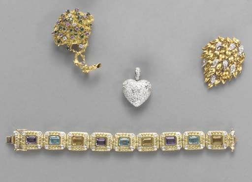 **A LARGE GROUP OF JEWELRY AND