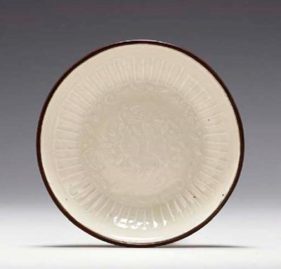 A SMALL DINGYAO MOLDED SAUCER