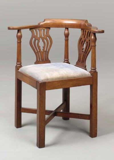 A CHIPPENDALE STYLE MAHOGANY C