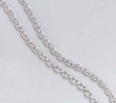 AN 18K WHITE GOLD NECKLACE