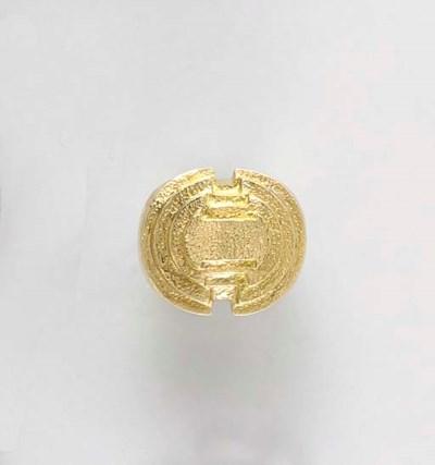 AN 18K GOLD RING, BY DAVID WEB