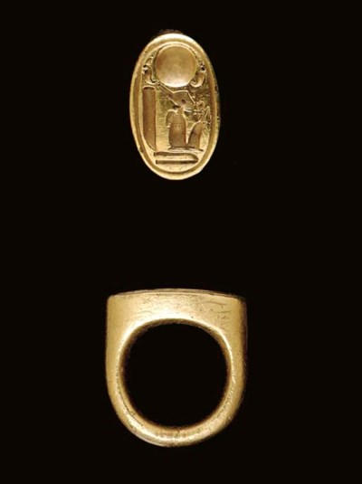 AN EGYPTIAN GOLD STIRRUP RING