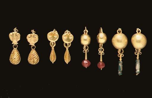 FOUR PAIRS OF ROMAN GOLD EARRI