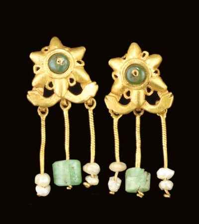 A PAIR OF ROMAN GOLD, EMERALD