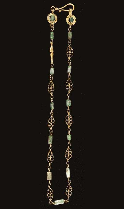 A ROMAN GOLD AND GLASS NECKLAC