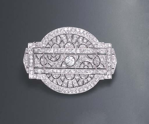 AN ART DECO DIAMOND BROOCH