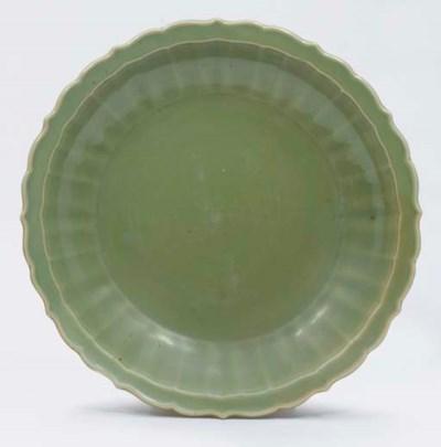 GRAND PLAT EN PORCELAINE CELAD