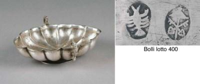 Coppa con manici in argento, R