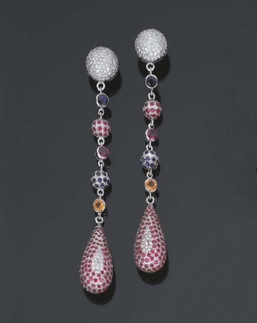 Paio di orecchini in brillanti e pietre di colore