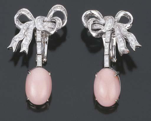 Paio di orecchini in brillanti e corallo rosa