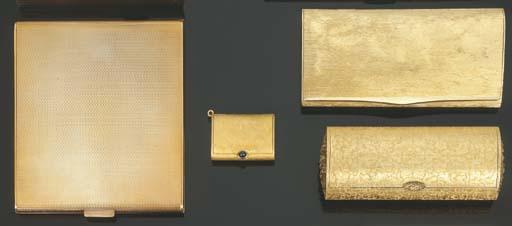 Gruppo di oggetti in oro giall
