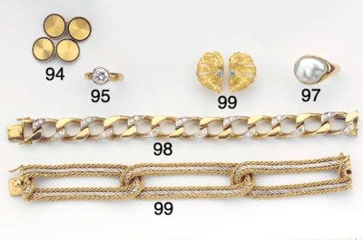 (5) A GOLD BRACELET WITH MATCH