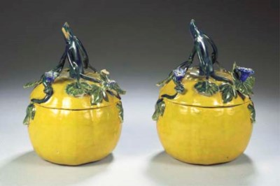 (4)  A pair of Dutch Delft pol