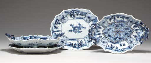(4) A pair of Dutch Delft blue