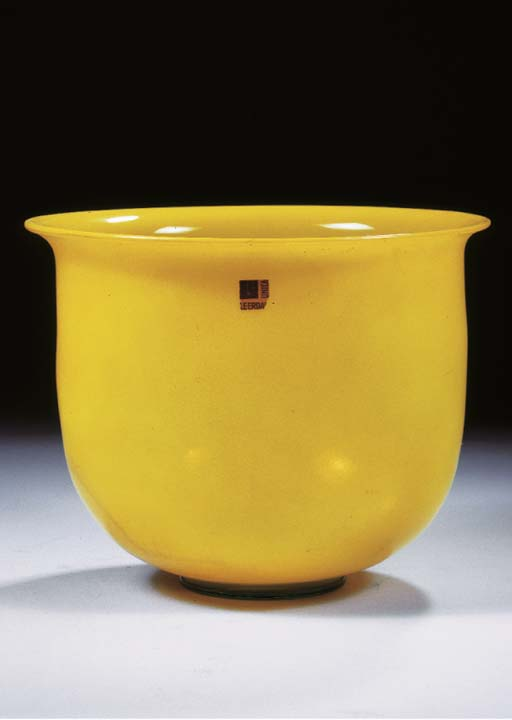 AN UNICA YELLOW GLASS VASE