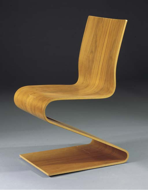 Nr. 275, a wooden S-chair