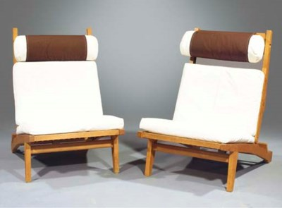 (2) A pair of oak lounge chair