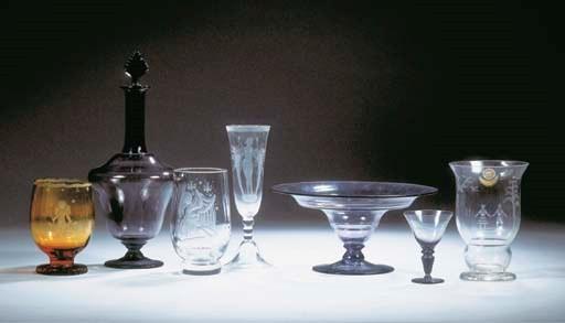 (7) A glass vase