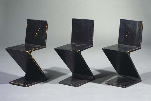 A black lacquered wooden zigza