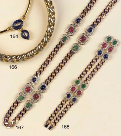 A GOLD NECKLACE, BANGLE AND EA