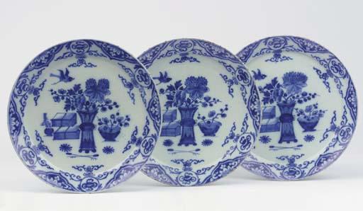 (3) A set of three Dutch Delft