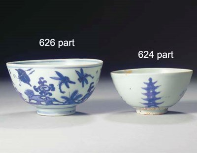 A SET OF THREE MING BLUE AND W