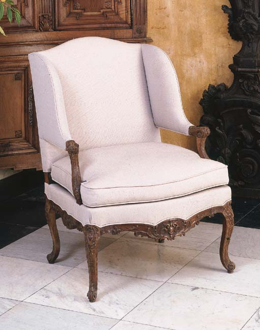A FRENCH WALNUT BERGERE A L'OR