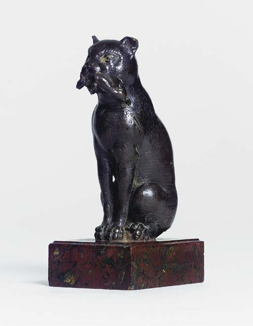 A BRONZE FIGURE OF A CAT