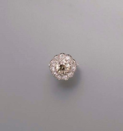 A BROWN DIAMOND CLUSTER RING