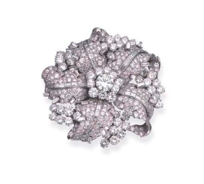 A DIAMOND FLORAL CLIP BROOCH,