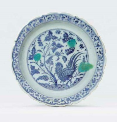 A BLUE AND WHITE POTTERY DISH