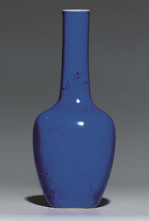 A BLUE-GROUND MALLET-SHAPED 'D