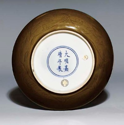 A BROWN-GLAZED INCISED DISH