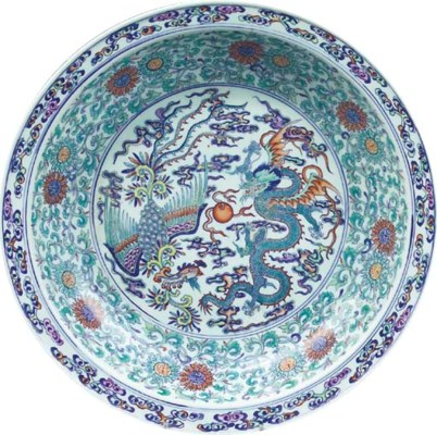 A LARGE CHINESE DOUCAI CHARGER