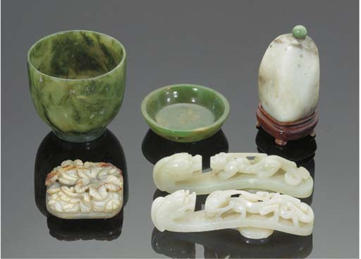 A Chinese mottled jade carving