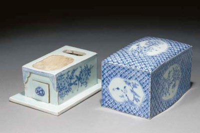 A blue and white rectangular i