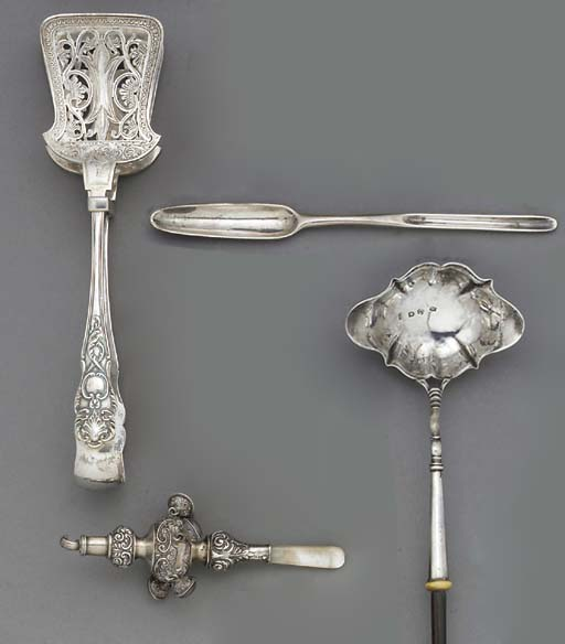 A GROUP OF SMALL SILVER ITEMS