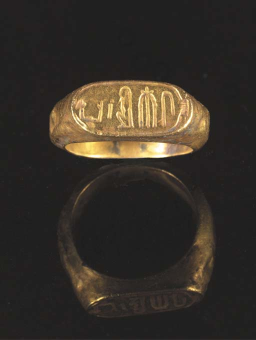 AN EGYPTIAN GOLD CARTOUCHE-SHAPED RING OF KAMOSE