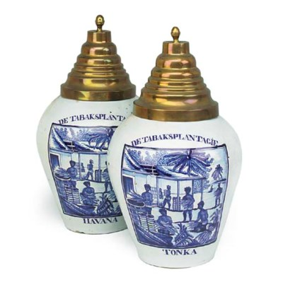 A pair of Delft blue and white