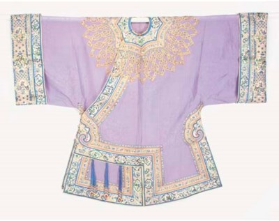 AN INFORMAL ROBE OF LILAC SILK