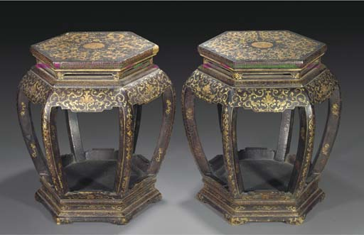 A pair of lacquered and gilt wood stands, 18/19th century