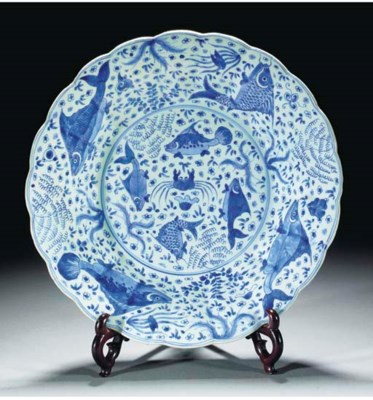 A moulded blue and white charg