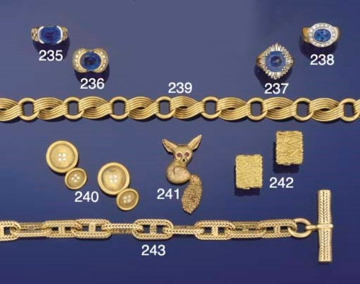 A collar necklace