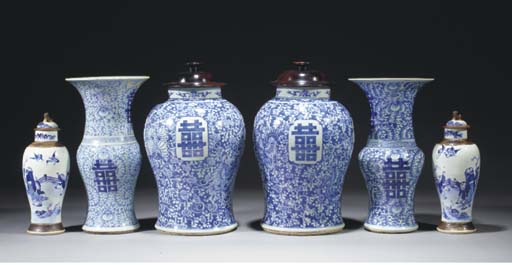 A pair of Chinese blue and white baluster jars and wood covers, 18th/19th century