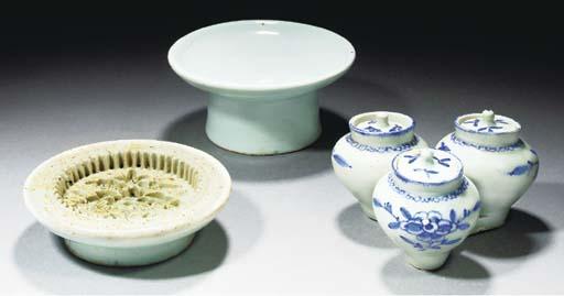 A Korean white glazed stem dis