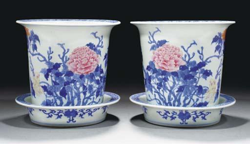 A pair of cylindrical jardinie