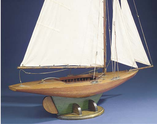 A GAFF-RIGGED STATIC DISPLAY MODEL OF A DAY YACHT
