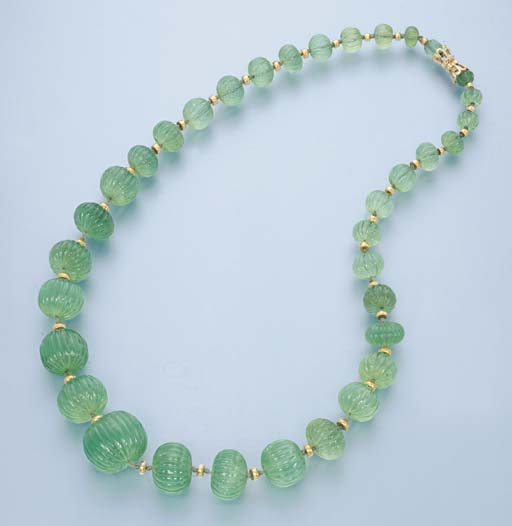 AN EMERALD BEAD NECKLACE
