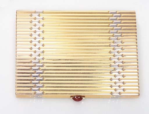 A TRI-COLOURED 18K GOLD CIGARE